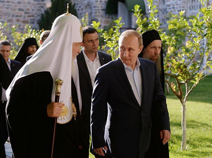 Patriarca Cirilo I de Moscou e o presidente Vladimir Putin durante visita ao Monte Atos