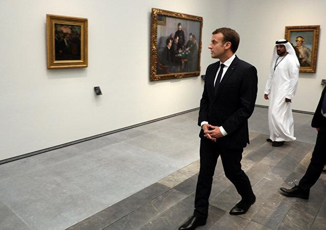 Macron durante a inauguração do Louvre nos EAU