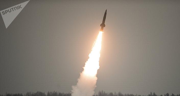 Lançamento de um míssil russo do complexo tático Tochka (foto de arquivo)