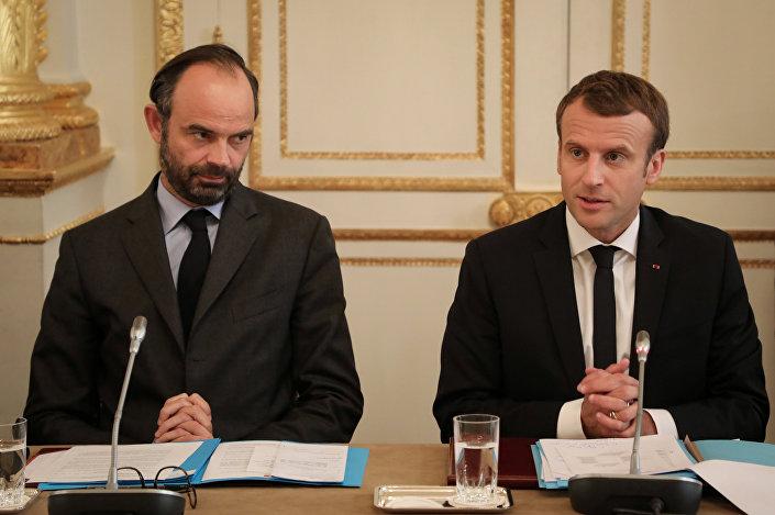 O primeiro-ministro da França, Édouard Philippe, junto com o presidente Emmanuel Macron, participa de uma reunião com representantes da Nova Caledônia no Palácio Eliseu de Paris, 30 de outubro de 2017