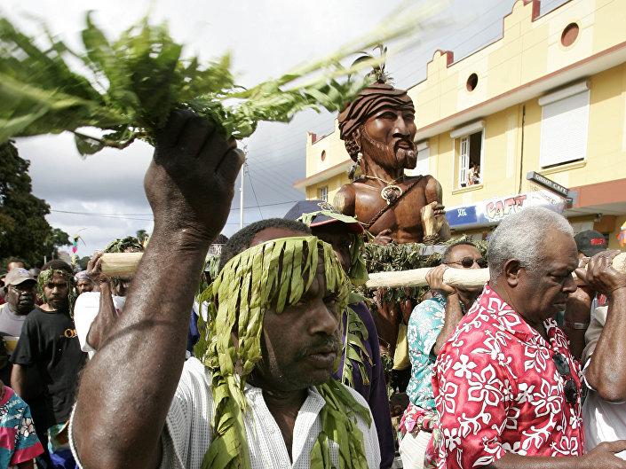 Um grupo de canacos, indígenas da Nova Caledônia, marcham para celebrar o Dia da Nova Caledônia, em 24 de setembro de 2005
