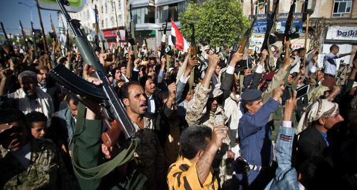 Rebeldes houthis protestam contra os ataques da coalizão liderada pela Arábia Saudita no Iêmen