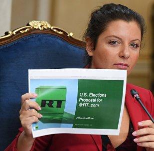 Redatora-chefe do RT, Margarita Simonyan, durante a reunião sobre o bloqueio dos anúncios do RT e Sputnik