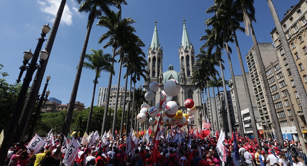 Ato de centrais sindicais toma a Praça da Sé, no Centro de São Paulo