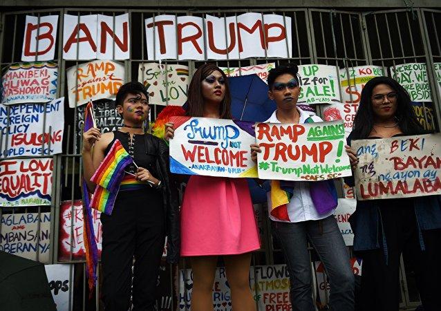 Ativistas LGBT seguram cartazes contra a visita do presidente dos EUA, Donald Trump, às Filipinas em Manila, 9 de novembro de 2017