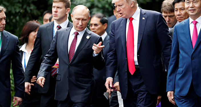 Vladimir Putin e Donald Trump falam durante cúpula da APEC, Danang, Vietnã, 11 de novembro de 2017