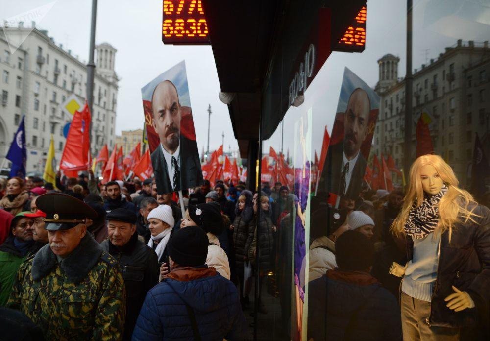 Marcha do Partido Comunista da Federação da Rússia por ocasião do 100º aniversário da Revolução de Outubro no centro de Moscou