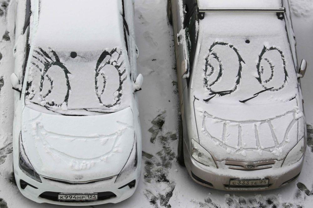 Desenhos em carros cobertos de neve, Krasnoyarsk, oeste da Rússia