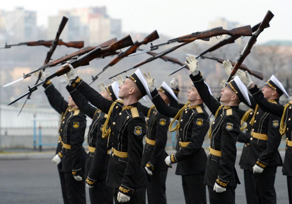 Apresentação solene durante cerimônia dedicada ao 80º aniversário da Escola Naval do Pacífico Makarov em Vladivostok, Extremo Oriente russo