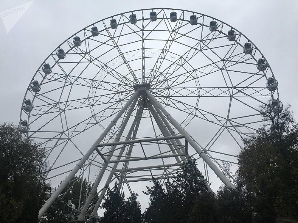 3ª maior roda-gigante na Rússia, Céu Aberto, no Parque da Revolução de Rostov