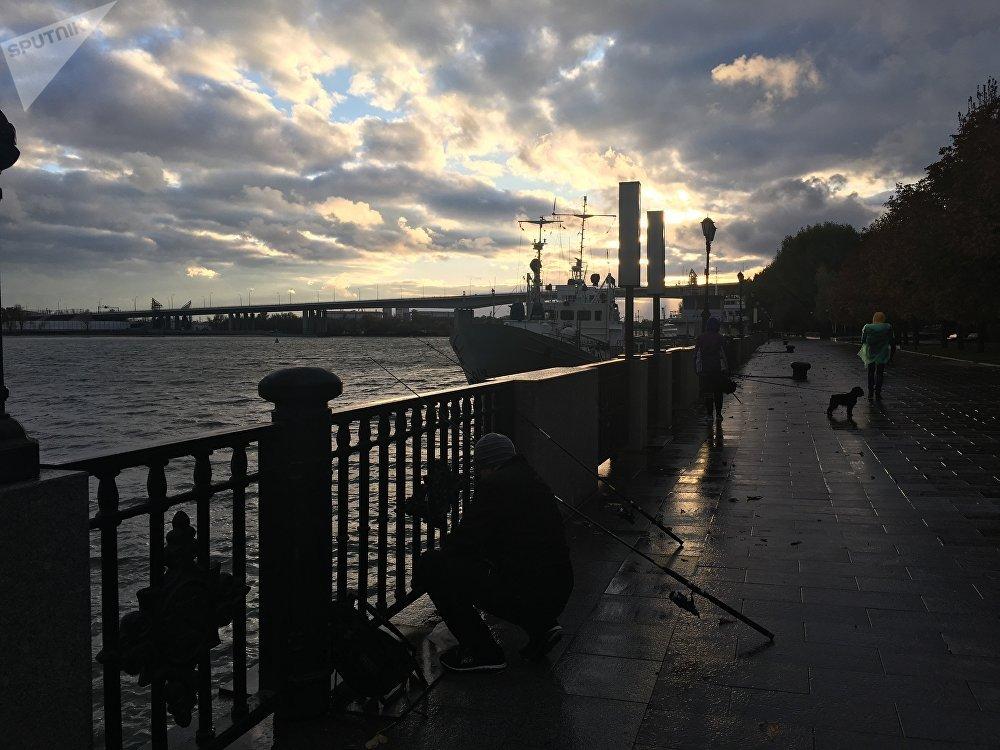 Pôr do Sol no cais da cidade de Rostov-no-Don