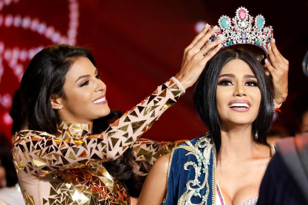 Miss Venezuela de 2016, Keysi Sayago (à esquerda), põe o diadema de vencedora a Sthefany Gutierrez, miss estado de Delta Amacuro, no fim da competição Miss Venezuela 2017 em Caracas, em 9 de novembro de 2017