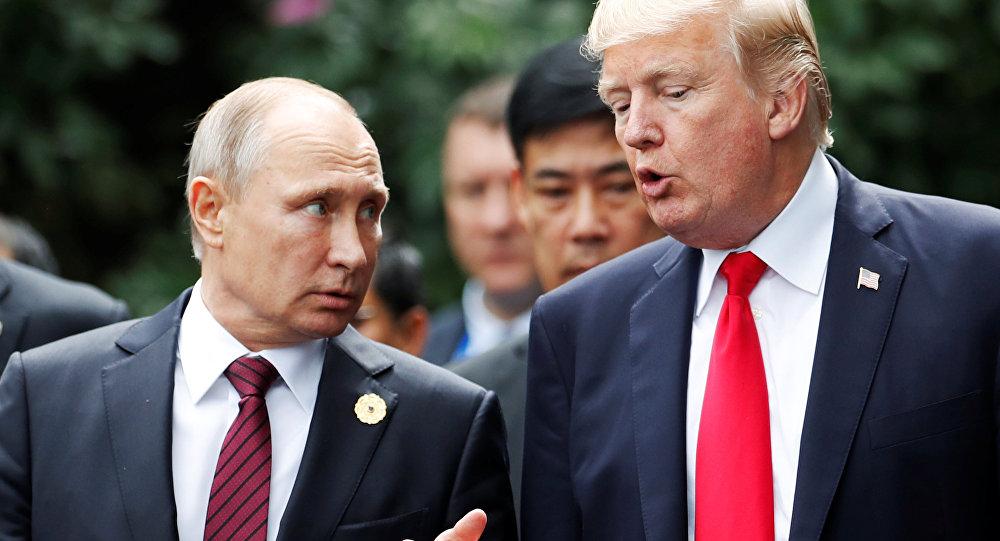 Presidente russo, Vladimir Putin, e seu homólogo norte-americano, Donald trump, durante a cúpula da APEC no Vietnã, 11 de novembro de 2017