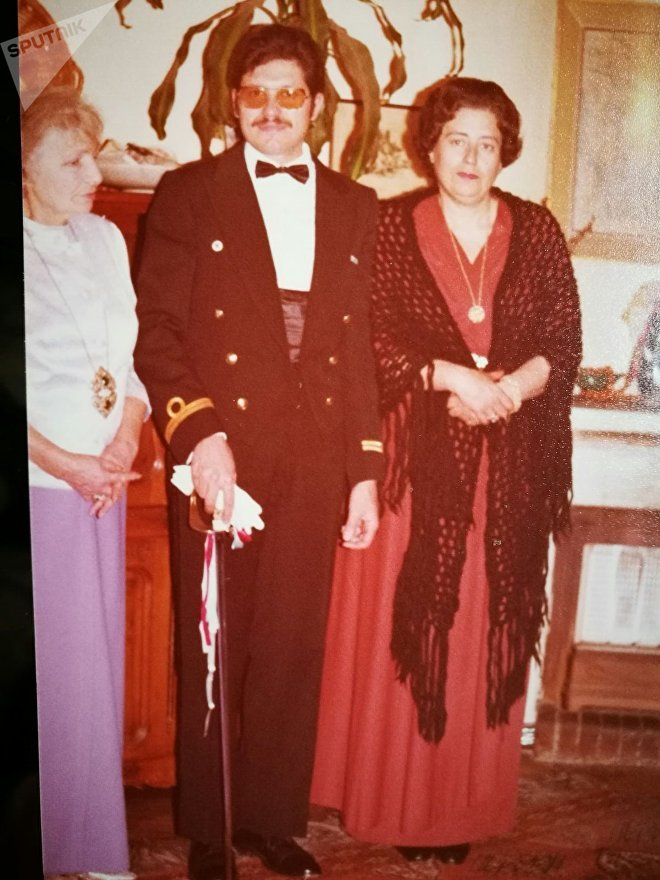 Luis Augusto Frappola (centro), mãe dele (à direita) e condessa russa Dusya Lutsky de Tretyakov (à esquerda)