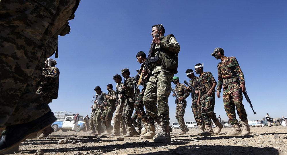 Militantes houthis recém-recrutados na capital iemenita Sanaa mobilizando mais combatentes para lutar contra as forças pró-governo em várias cidades do Iêmen, janeiro de 2017