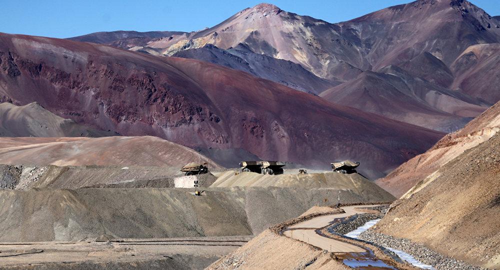 Caminhões operando na mina de ouro de Veladero, na província argentina de San Juan