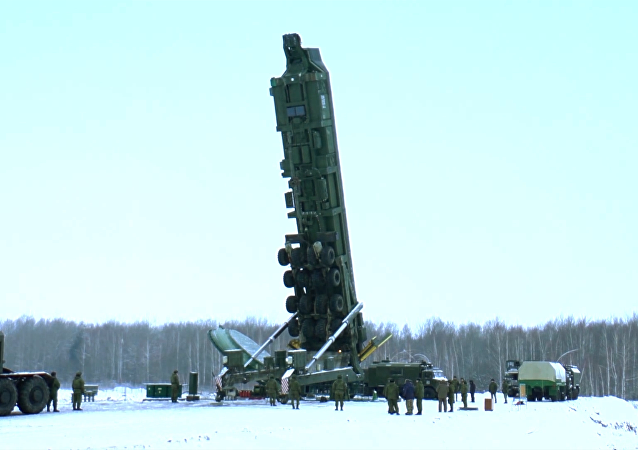 Míssil Yars é colocado na base de lançamento