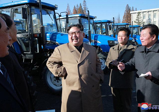 Kim Jong-un visita uma fábrica de tratores na Coreia do Norte