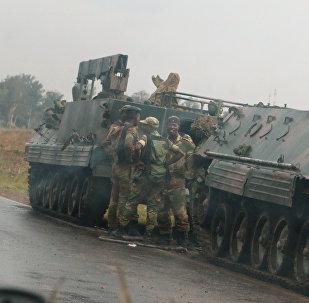 Militares cerca de Harare, capital de Zimbabue