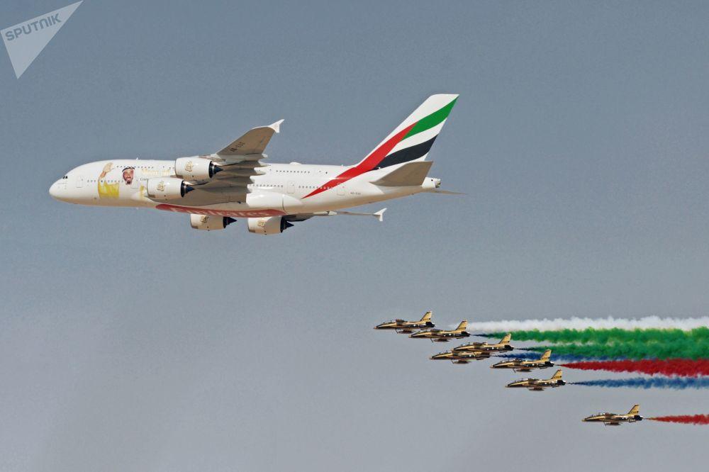 Avião Airbus A380-800 pintado em homenagem ao 100º aniversário do ex-presidente dos Emirados Árabes Unidos, xeique Khalifa ben Zayed Al-Nahyane, junto com o grupo de pilotagem Fursan Al Emarat no âmbito do Salão Aeroespacial Dubai Airshow 2017