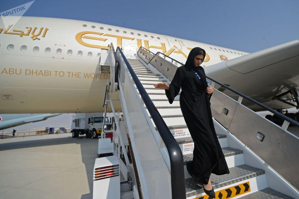 Mulher descendo de um avião durante o Salão Aeroespacial Internacional Dubai Airshow 2017