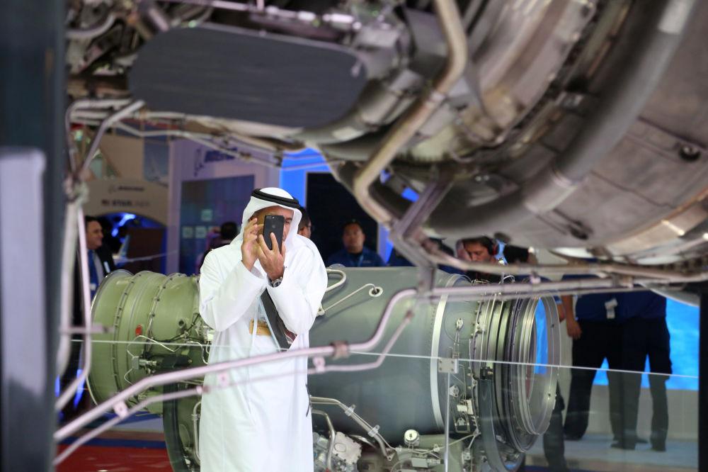 Visitante ganha uma foto de um motor de avião no decorrer do evento Dubai Airshow 2017, nos Emirados Árabes Unidos