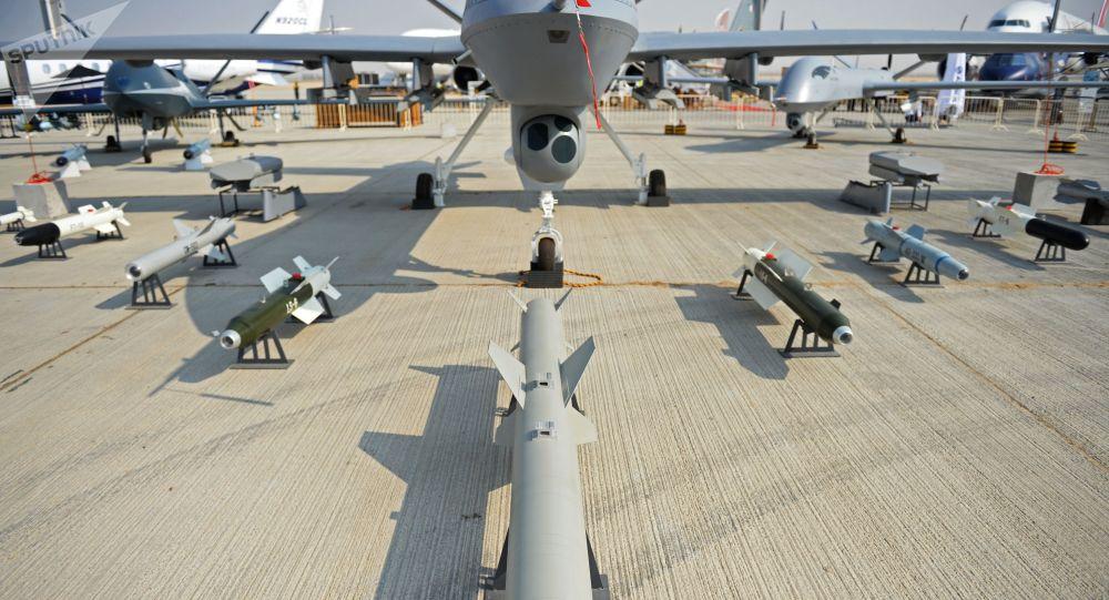 Armamentos do veículo não tripulado de reconhecimento e assalto chinês, Wing Loong-2, durante o Salão Aeroespacial Dubai Airshow 2017, nos Emirados Árabes Unidos