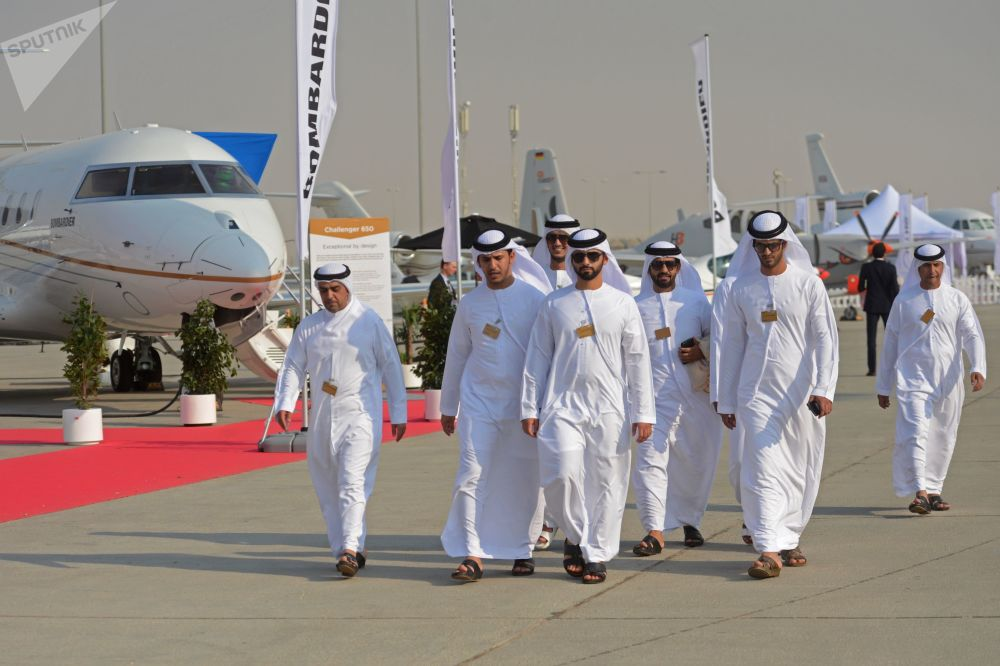 Visitantes passeiam pelo complexo onde se acolheu o Salão Aeroespacial Dubai Airshow 2017, nos Emirados Árabes Unidos