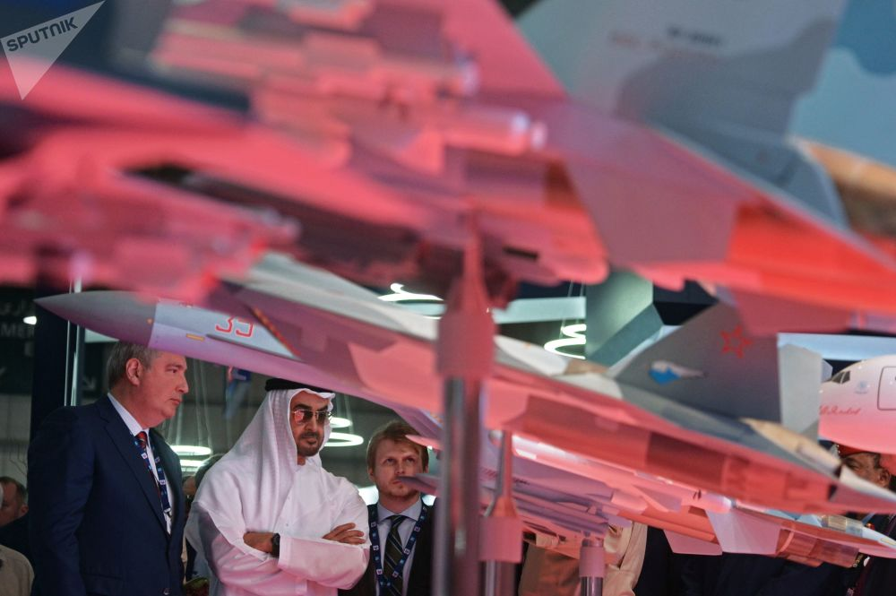 O vice-premiê russo, Dmitry Rogozin, e vice-comandante-em-chefe das Forças Armadas dos EAU, príncipe herdeiro de Abu Dabi, Mohammed bin Zayed al-Nahyan, visitam o stand da Rússia durante o Salão Aeroespacial Dubai Airshow 2017