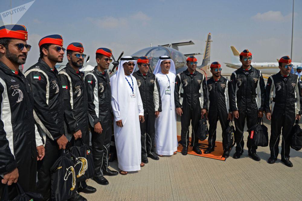 Pilotos do grupo de pilotagem nacional dos EAU, Fursan Al Emarat, no Salão Aeroespacial Dubai Airshow 2017