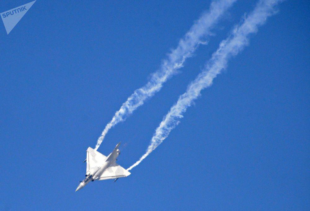 O caça multifuncional francês de 4ª geração Mirage 2000 durante um voo de demonstração no âmbito do evento Dubai Airshow 2017, nos Emirados Árabes Unidos