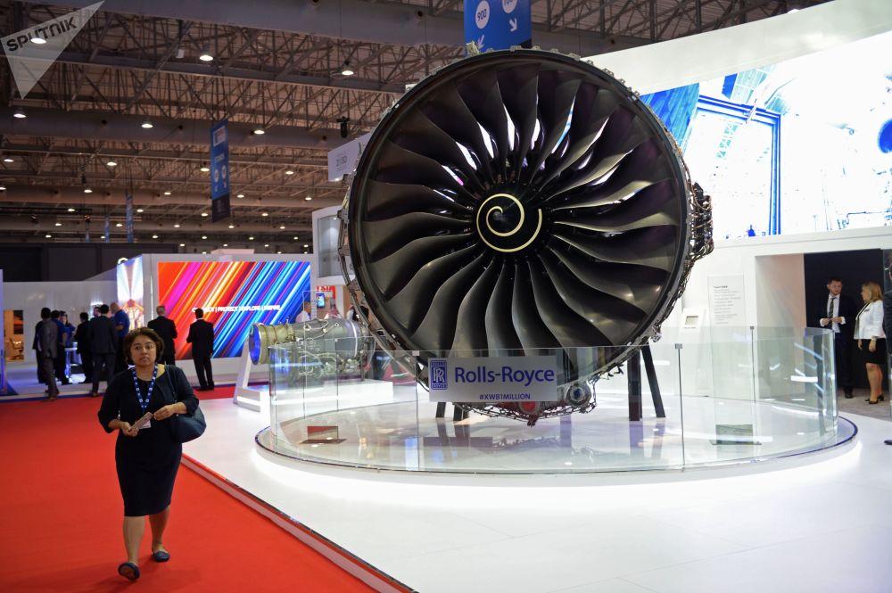 Visitante examina o stand da empresa Rolls-Royce no Salão Aeroespacial Dubai Airshow 2017, nos Emirados Árabes Unidos