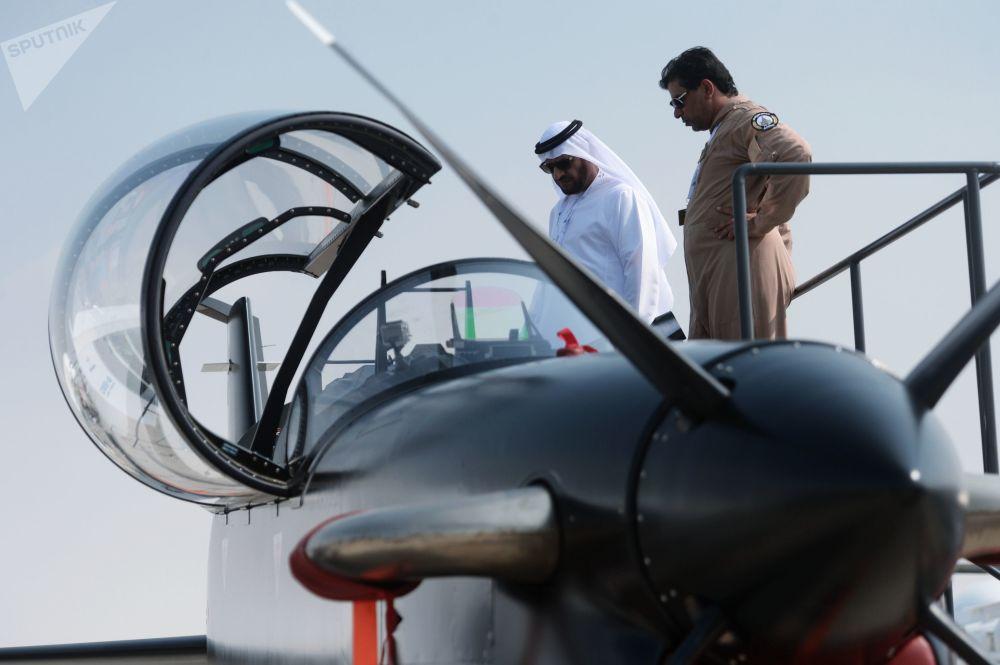 Visitante examina um avião de turboélice, B-250, produzido pela empresa CALIDUS, durante o Salão Aeroespacial Dubai Airshow 2017, nos Emirados Árabes Unidos
