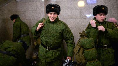 Recrutas da região de Novossibirsk na gare principal da cidade antes de partirem para cumprir serviço no Regimento Presidencial