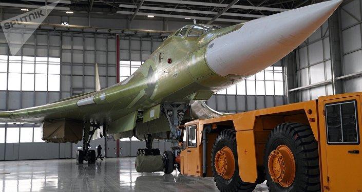 Rebocagem do bombardeiro estratégico modernizado Tu-160M2 à pista de decolagem em Kazan