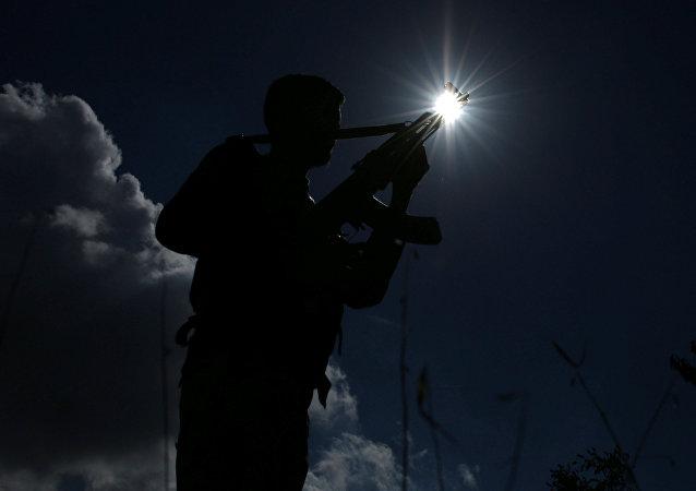 Soldado do exército sírio com arma na mão na província síria de Quneitra, 4 de novembro de 2017