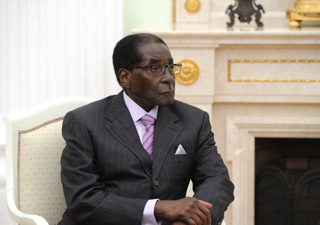 Presidente do Zimbábue, Robert Mugabe, durante reunião com seu homólogo russo, Vladimir Putin (foto de arquivo)