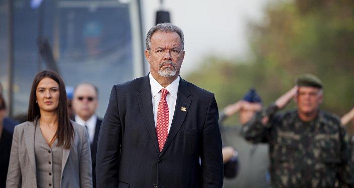 O ministro da Defesa do Brasil, Raul Jungmann, é visto quando o hino nacional brasileiro é interpretado durante cerimônia que marcou o fim oficial da missão pacificadora do Brasil no Haiti