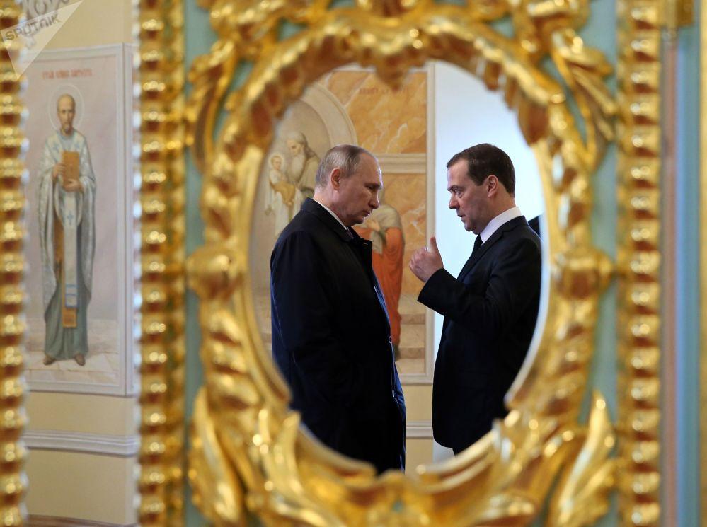 Presidente russo, Vladimir Putin, fala com premiê da Rússia, Dmitry Medvedev