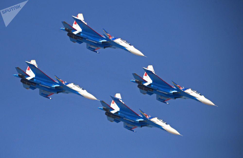 Acrobacia aérea efetuada por pilotos russos do grupo Russkie Vityazi em caças Su-30SM