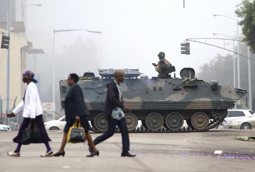 Patrulha na capital do Zimbábue, Harare, após a detenção do presidente Robert Mugabe por militares