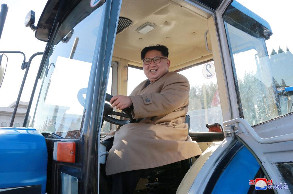 Kim Jong-un durante visita a usina de tratores