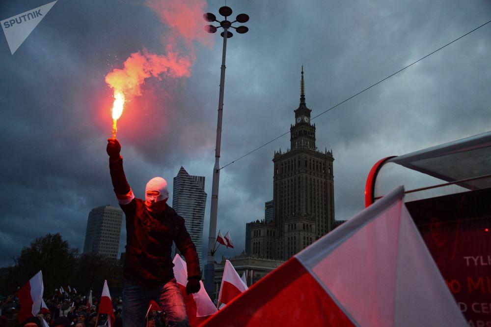 Marcha por ocasião do Dia da Independência da Polônia em Varsóvia