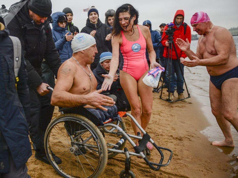 Festival de nadadores de inverno em São Petersburgo, Rússia