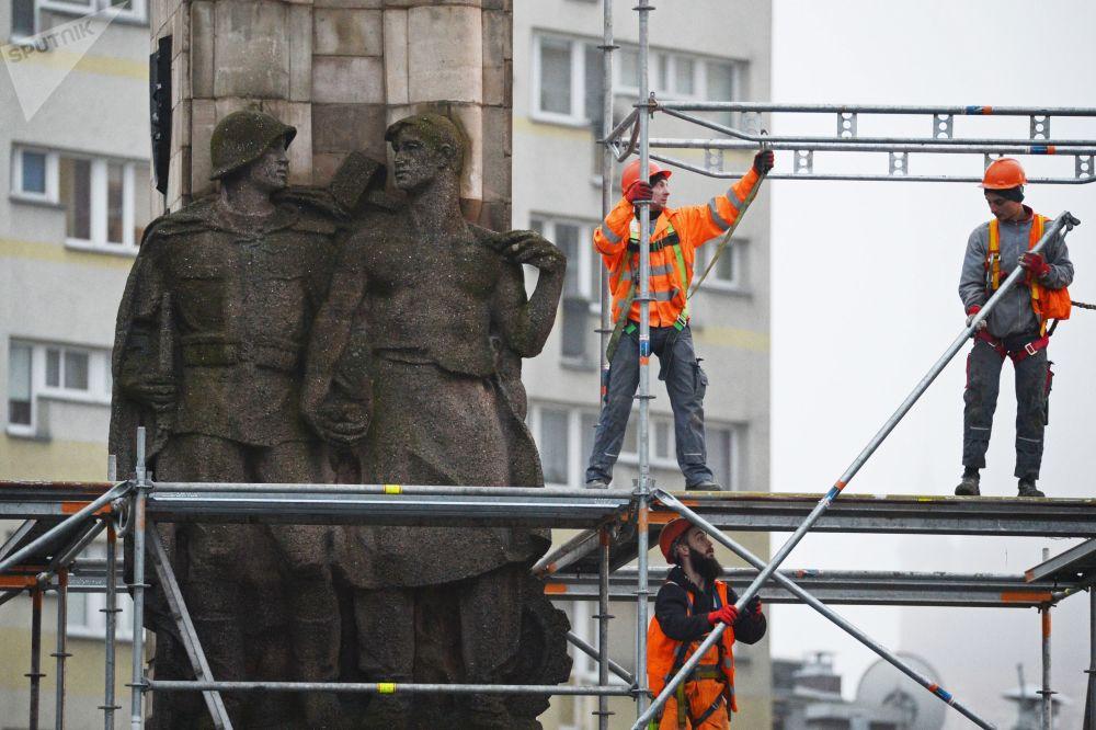 Desmontagem do monumento ao Exército Vermelho na cidade polonesa de Estetino