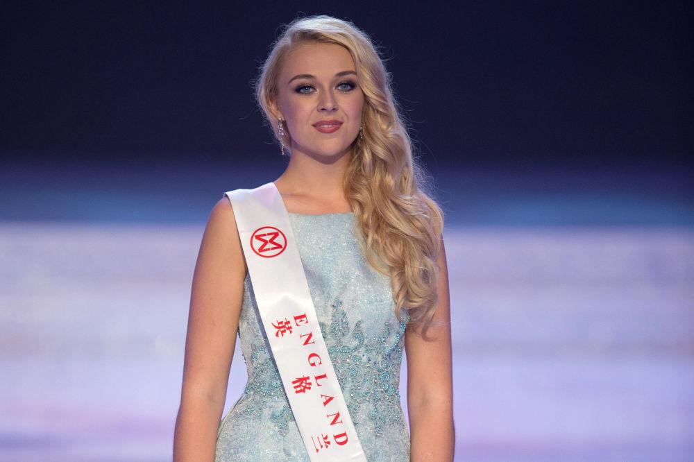 Miss Inglaterra, Stephanie Jayne Hill, aparece no palco durante a final do 67º concurso Miss Mundo na cidade de Sanya, em 18 de novembro de 2017