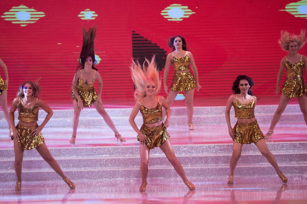 Competidoras dançam durante a final do concurso Miss Mundo que ocorreu na cidade chinesa de Sanya em 18 de novembro de 2017