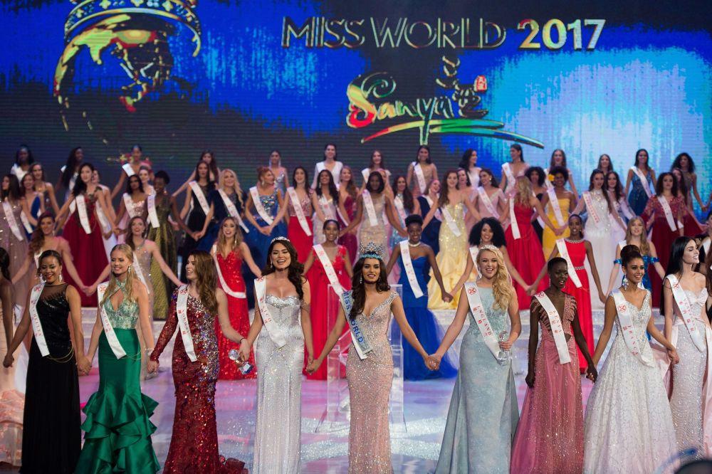 Participantes cantam de mãos dadas durante a final do Miss Mundo 2017, na cidade chinesa de Sanya, em 18 de novembro de 2017