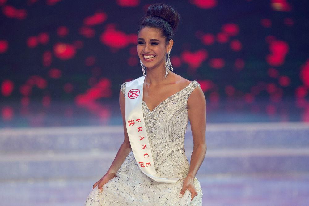Miss França, Aurore Andrée Raphalle Kichenin, sai ao palco durante a final do 67º concurso Miss Mundo na cidade chinesa de Sanya, em 18 de novembro de 2017