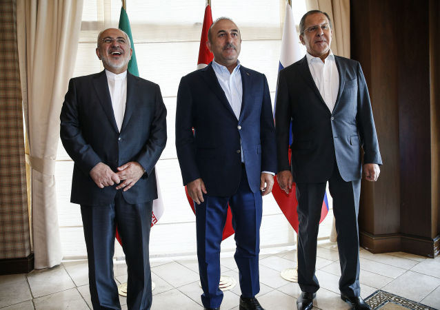 Os chanceleres iraniano, turco e russo durante uma reunião trilateral na Turquia, em 19 de novembro de 2017